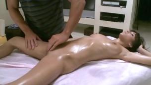 Massuer is having fun unselfish hawt honey a sensual massage