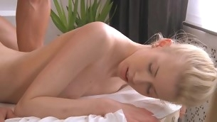 Superb lass gives wild oral pleasure after sensual massage