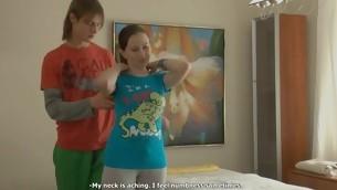 Juvenile masseur is effective unending to pleasure  horny pulchritude